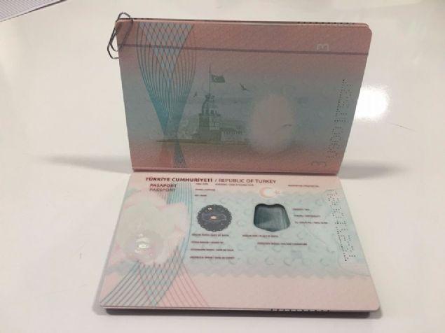 İnkjet (mürekkep püskürtmeli) baskılı ve kişisel bilgilerin yer aldığı çiplerin arka kapakta yer aldığı mevcut pasaportlar, değiştirilerek şahsi bilgilerin olduğu sayfa, yeni TC kimlik kartlarında olduğu gibi polikarbon malzemeden yapılacak. Pasaport sahibinin bilgileri, polikarbonun üzerine lazerle yazılacak ve çipler de aynı sayfada yer alacak.