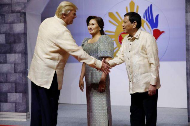 Filipinler'de düzenlenen toplantıya katılan Donald Trump, geleneksel tokalaşma sırasında şaşkınlığı sosyal medyayı kırdı geçirdi.