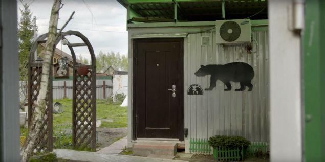 24 yıldan beri evlerinde besledikleri ayıyla yaşayan Panteleenko çifti görenleri şaşkına çevirdi. Ayıyla beraber kahvaltı yapan, oyun oynayan Panteleenko çifti, Stepan isimli ayıyı daha yavruyken eve alıp bakmaya başlamışlar.