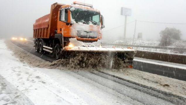 Merakla beklenen kar yağışı etkili olmaya başladı. Bazı yerlerde 10 santimetreyi bulan kar yapışı sürücülere zor anlar yaşattı.