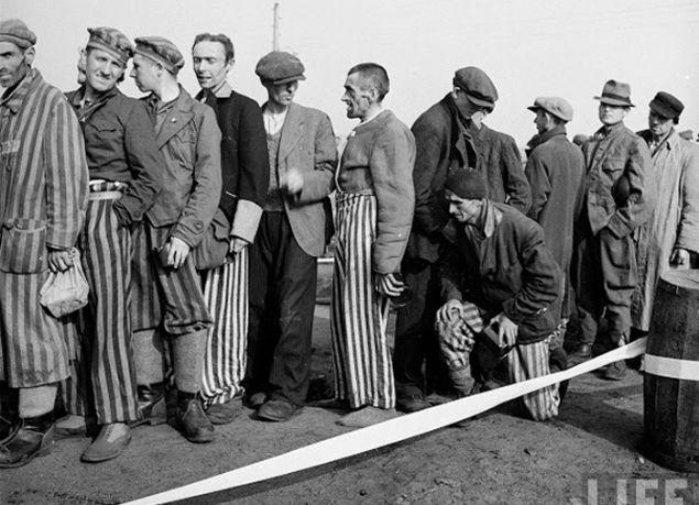 İkinci Dünya Savaşı sırasında Nazilerin Bergen ve Belsen kasabalarında kurduğu ve Bergen-Belsen kampı olarak bilinen bu yerde toplam 50 bin insan hayatını kaybetti.