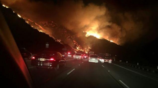 ABD'nin Kaliforniya eyaletine bağlı Los Angeles kentinde yangın çıktı. Yangının tehdit ettiği bazı evler ve okullar boşaltıldı. 600 evin yanma tehlikesiyle karşı karşıya olduğu belirtiliyor.