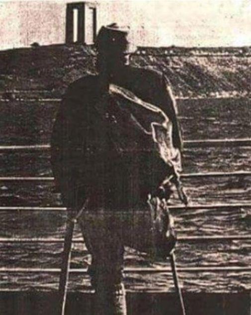 İşte Türkiye'den ve dünyadan birbirinden çarpıcı tarihi kareler...         <br><br>    Şehitler Abidesi açılışında bir bacağını Çanakkale'de bırakmış Gazimiz, 21 Ağustos 1960.
