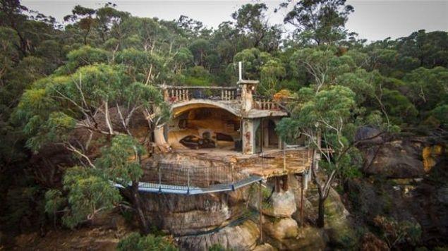 Lionel Buckett, ailesinden miras kalan arazide dolaşırken bir mağara keşfetti. Keşfettiği mağaranın manzarasını çok beğenince orayı bir eve dönüştürmeye karar verdi. İşte Lionel Buckett'in lüks bir eve çevirdiği mağaranın fotoğrafları...