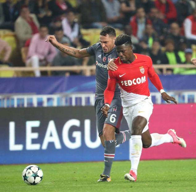 Dusco Tosic'e 3 teklif var  <BR><BR>  Her fırsatta kariyerini Beşiktaş'ta bitirmek istediğini söyleyen Tosic'e 3 kulüpten teklif geldiği iddiası ortaya atıldı.  <BR>  Goal Fransa'nın haberine göre Beşiktaş'ın başarılı Sırp savunmacısına Trabzonspor, St.Etienne ve MLS ekiplerinden Chicago Fire talip oldu. Özellikle St.Etienne'nin geçtiğimiz günlerde Tosic için Beşiktaş'a 1.5 milyon Euro'luk bir teklif sunduğu iddia edildi. Vida'nın transferiyle birlikte ilk 11'deki yeri riske giren Tosic ilk yarının en etkili isimlerinden biri olarak dikkat geçmişti. 23 resmi maçta süre alan 32 yaşındaki oyuncu 3 gol, 1 asistlik katkı yaptı. (Takvim)