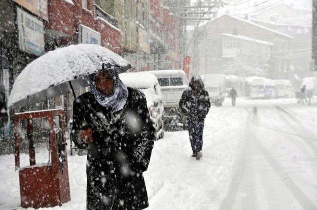 Meteoroloji'den son dakika hava durumu raporları üst üste gelmeye devam ediyor. Yapılan değerlendirmelere göre yurdun büyük kesiminde etkisini gösteren kar yağışları doğu illerinde hayatı olumsuz yönde etkilerken uzmanlar vatandaşlara son dakika uyarılar yapmaya devam ediyor. Yurdun batısında da beklenen kar yağışı başladı. Dün etkisini arttıran kar yağışı Kırklarelinde etkili olmuş kenti beyaza bürümüştü. İstanbul'da uzun süredir yağmayan kar yağışı sabah saatlerinde başladı. İlerleyen saatlere doğru etkisini arttırması beklenen kar yağışı için uzmanlar sürücülere dikkatli olması konusunda uyarılarda bulundu. İşte il il hava durum raporları ve detaylar.