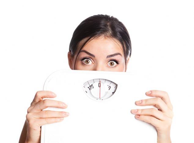 """Ne yaparsanız yapın zayıflayamıyorsanız metabolizma hızınız yavaş demektir.    <br><br>    Arkadaşınız yıllardır hiç diyet yapmamasına rağmen hep aynı kiloda kalıyor. Siz ise 'su içsem yarıyor"""" şeklinde yakınan grupta yer alıyorsunuz. Peki, kulağa hiç adil gelmeyen bu probleminiz metabolizma hızınızın yavaş çalışmasından kaynaklanıyor olabilir mi? İlerleyen yaş, genetik faktör ve kadın olmak gibi değiştiremeyeceğimiz risk faktörleri metabolizma hızını olumsuz etkileyen etmenlerin başında gelseler de, sıkça yaptığımız hatalı alışkanlıklarımız da bu tablodan sorumlu oluyor. İyi haber ise hatalı alışkanlıklarımızdan vazgeçtiğimizde metabolizma hızımızı yeniden yükseltmemizin mümkün olması. Acıbadem Kadıköy Hastanesi Beslenme ve Diyet Uzmanı Evrim Demirel metabolizmanın hızını yavaşlatan alışkanlıklarımızı anlattı, önemli önerilerde bulundu."""