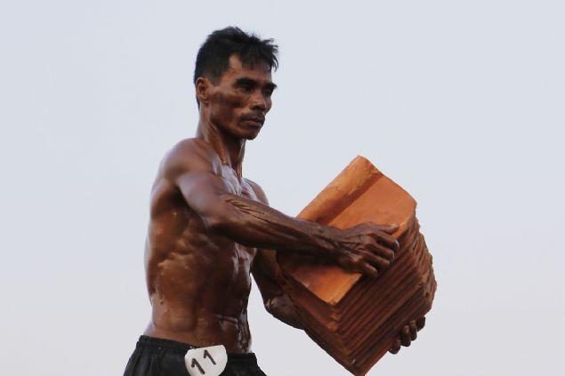Kiremit işçilerinin güzellik yarışması şaşkına çevirdi