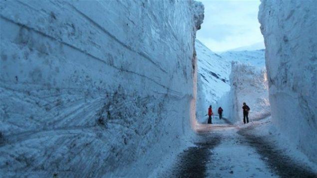 İsviçre'nin kayak tatili merkezi Zermatt'ta 13 binden fazla turistin 2 gün boyunca mahsur kalmasına yol açan kar yağışı sonrası bölgede hayat normale dönmeye başladı.