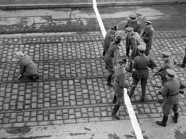 Dünya tarihine damga vuran olaylardan ilk kez göreceğiniz kareler...    <br><br>    Batı Almanya'ya Kaçış, Berlin Yıl Bilinmiyor