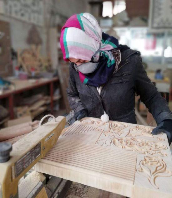 Kastamonu'da girişimci bir kadın, 1 yıl önce amatör olarak başladığı ahşap ürünlerinde, ilk önce sosyal medyada satmaya çalıştığı ürünleri büyük ilgi görünce siparişlere yetişemez hale geldi. Girişimci kadın, sosyal medyaya satmaya çalıştığı ürünleri KOSGEB kredisiyle kurduğu marangoz atölyesinde Dünyaya pazarlamaya başladı.Kastamonu'da 29 yaşındaki 1 çocuk annesi Goncagül Keloğlu, kocasının evde hobi olarak kurduğu atölyede ilk önce yanında çırak olarak çalışmaya başladı. Amatör olarak yaptığı el emeği göz nuru ürünleri, sosyal medya üzerinden pazarlamaya başladı. Bir süre sonra ürünlerinin beğenilmesinin ardından iş kurmak isteyen girişimcilere yönelik Küçük ve Orta Ölçekli İşletmeleri Geliştirme ve Destekleme İdaresi Başkanlığı'nca (KOSGEB) düzenlenen uygulamalı girişimcilik eğitimine katılan ve kursu başarıyla tamamlayan Goncagül Keloğlu, KOSGEB'den aldığı teşvik ile marangoz atölyesi açtı. 1 yıl önce amatör olarak yaptığı ürünleri sosyal medya aracılığıyla satmaya çalışan Goncagül Keloğlu, şuanda aldığı siparişlerle el emeği göz nuru ürünlerini Dünyaya pazarlamaya başladı.
