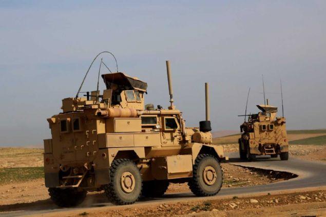 """1.700 terörist konvoylarla Rakka'dan Afrin'e doğru yola çıktı. Terör konvoyunda, ABD'nin verdiği zırhlı araçlar dikkat çekti. Pentagon, """"PKK/YPG verdiğimiz silahları DEAŞ'tan başkasına kullanırsa desteği keseriz"""" demişti"""