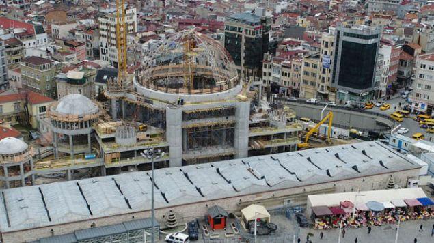İstanbul'un simgesi olan Taksim Meydanı'nda bir yıl önce temeli atılan Taksim Camii'nde sona gelindi. Kaba inşaatında kubbenin iskelesi son aşamaya gelirken ilk namazın ramazan ayında kılınacağı bildirildi.