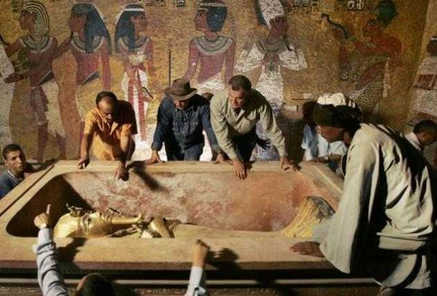 Tutankamon'un mezarı, uzun bir araştırma sonucunda keşfedildi. Başlangıçta birçok arkeolog, onun yerini saptama konusunda başarısız oldular. Kont Carnarvon, Harold Carter ile birlikte uzun bir süre sonra, 26 Kasım 1922'de Turankamon'un mezarını buldu. Bulunması ile birlikte alanın çehresi değişti. Çok sayıda turist, bir an olsun bakmak için oraya akın etti.