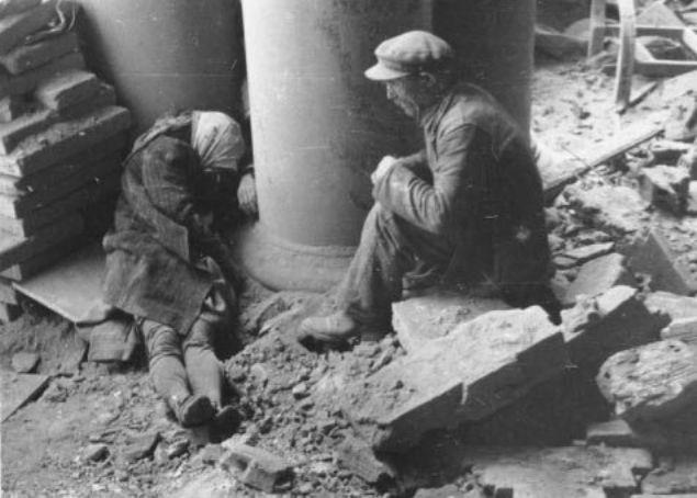 Alman bombardımanında ölen eşinin başında yas tutan yaşlı bir adam - Polonya, 1944