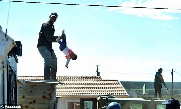 Güney Afrika'da gecekondularının yıkılmasını engellemek isteyen onlarca prtotestocu sokaklara döküldü. Haber: star.com.tr