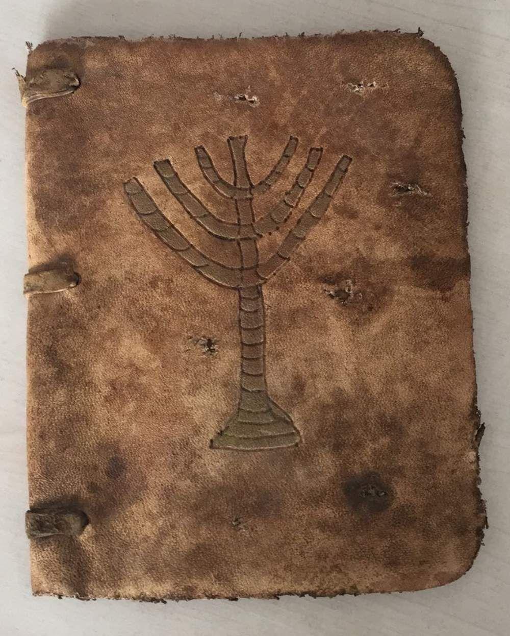 Konya'nın Ereğli ilçesinde bir otomobilde yapılan  aramada, tarihi eser niteliğinde olduğu değerlendirilen el yazması Tevrat bulundu.