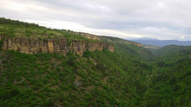 Karabük'ün Safranbolu ilçesi Sırçalı Kanyonu'nda bulunan 'taş teras' ziyaretçi akınına uğruyor. Yüksekte bulunan taşın üzerine çıkanlar farklı pozlar vererek, fotoğraf çektiriyor.