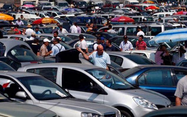 Mersin ve Adana'da piyasa değerinin 10 ile 20 bin lira altında satın aldıkları ağır hasarlı araçları sahte ekspertiz raporuyla internet üzerinden hasarsız diye satışa çıkararak, 40 ilden yaklaşık 400 kişiyi dolandırdığı öne sürülen 14 şüpheli, düzenlenen operasyonla gözaltına alındı.