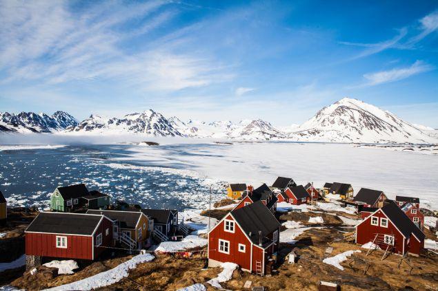 2018 yılında hangi ülkede kaç saat oruç tutulacağı belli oldu. Ramazan ayında oruç tutacakları en çok zorlayacak durumlardan biri ise sıcaklıklar olacak. Bazı bölgelerde günlük oruç süresi 20 saati aşarken Ramazan ayını bu ülkelerde geçirecek olan Müslümanlar günün üçte ikilik kısmını oruçlu geçirecek. İşte ülkelere göre oruç saatleri ve en uzun oruç süresinin olduğunu ülkeler...      <br><br>    Grönland oruç süresi 20,5 ile 21 saat arası.