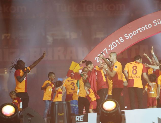 Galatasaray 21. şampiyonluğunu Türk Telekom Stadyumu'nda büyük bir coşkuyla kutladı. Şampiyonluk kutlamalarına sanatçı Berkay, Aleyna Tilki ve Gripin grubu katıldı. İşte Türk Telekom Stadyumu'ndaki muhteşem görüntüler...