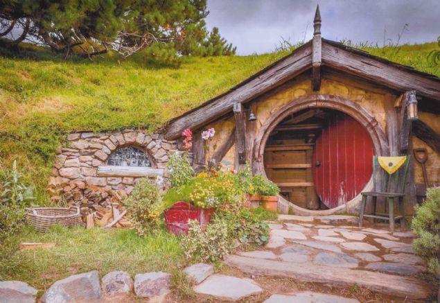 Sivas Belediyesi'nce kent merkezine yedi kilometre uzaklıktaki Paşabahçe Mesire Alanı'na inşa edilen ve dünya genelinde izlenme rekorları kıran 'Yüzüklerin Efendisi' filmindeki 'Hobbit' evlerine benzeyen yeni yamaç evlerinde sona gelindi. Yapılan çalışmayla bölgede mini 'Hobbit köyü' oluşturuldu. Oluşturulan köy ise filmin çekildiği stüdyo olan binlerce kişinin ziyaret ettiği Hobbiton Film Seti'nden farksız...