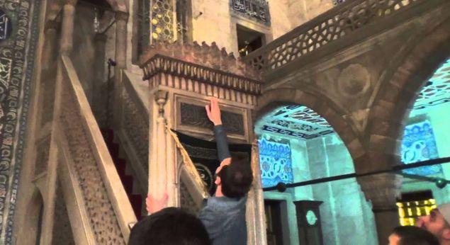 İslam dininde kutsal sayılan, cennetten geldiğine inanılan ve ana parçası Kabe'de yer alan 'Hacer-ül Esved' taşının 4 parçası, İstanbul'daki Sokullu Mehmet Paşa Camisi'nde yer alıyor.