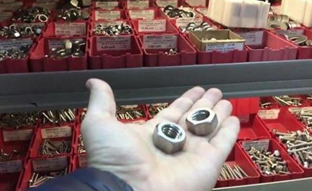 ABD'de bir adam tamirat sırasında kullanılan somunu alarak adeta gümüş gibi görünen bir yüzük yaptı. İşte o yüzüğün yapım aşaması...