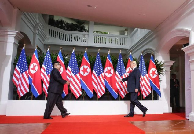 ABD Başkanı Donald Trump ile Kuzey Kore lideri Kim Jong-un, Singapur'daki tarihi zirvede ilk kez bir araya geldi.