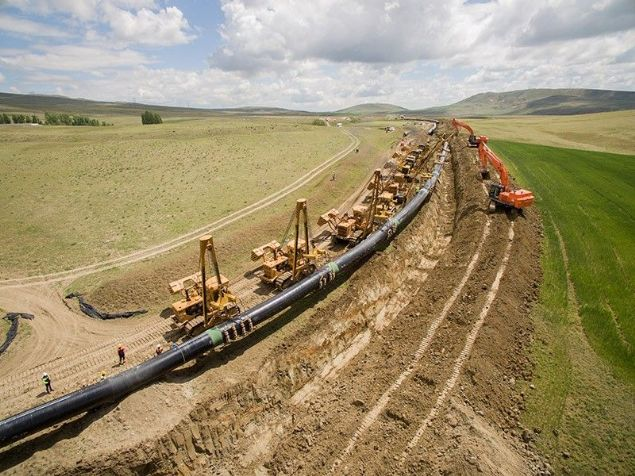 Türkiye ve Azerbaycan tarafından yapımı 3 yıldır süren Trans Anadolu Doğalgaz Boru Hattı (TANAP) bugün Cumhurbaşkanı Erdoğan'ın katıldığı törenle hizmete açıldı. TANAP, Azeri doğalgazını Türkiye üzerinden Avrupa'ya taşıyacak.
