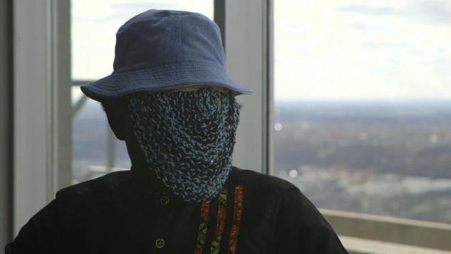 Ganalı gazeteci Anes Aremeyav Anes, ülkesindeki rüşvet skandalını ortaya çıkarmasının ardından ilk kez ortaya çıktı. Öldürülmekten korkutuğu için yüzünü gizlemek zorunda kalan gazeteci böyle görüntülendi.