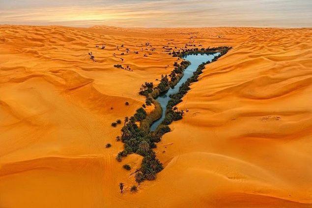 Çölün ortasında yer alan Ubari gölü görenleri kendine hayran bırakıyor. Burası Libya'nın Fezzan bölgesinde yer alan geniş bir kumul tepesidir.