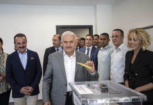 Başbakan Binali Yıldırım, Cumhurbaşkanı ve 27. Dönem Milletvekili Genel Seçimi içinoyunu İzmir Bahar Yıldırım İlkokulu'nda  2354 nolu sandıkta kullandı.