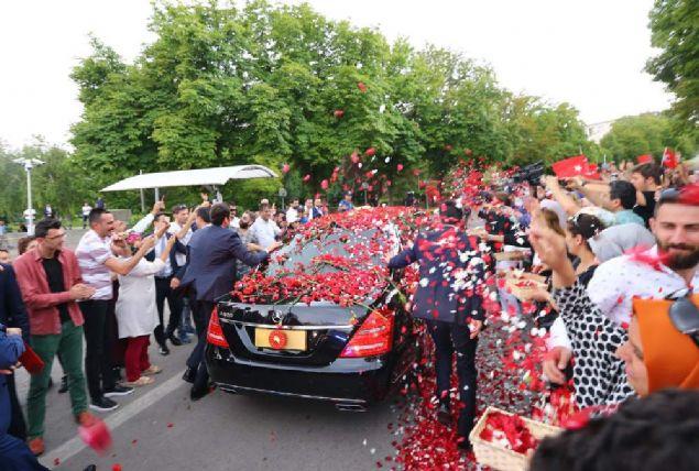 Başkan Erdoğan güllerle karşılandı