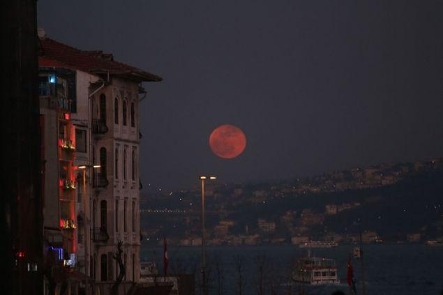 Gezegenimizin tek uydusu olan Ay'ın kızıl görüntüye büründüğü tam Ay tutulması ile gerçekleşen Kanlı Ay Tutulması'sı için nefesler tutuldu. Peki Kanlı Ay Tutulması nedir? Kanlı Ay Tutulması ne zaman gerçekleşecek? İşte Kanlı Ay Tutulması hakkında bilmeniz gereken her şey...