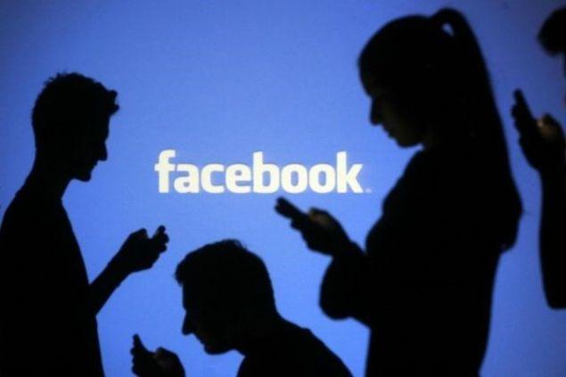 Sosyal medya devi Facebook, sosyal medya bağımlılığıyla mücadele için düğmeye bastı. Facebook ve Instagram'a yeni eklenen özellikle kullanıcılar her gün ne kadar bu uygulamaları kullandığını görerek, süre sınırlaması da seçebilecek. Yeni özellikle Facebook ve Instagram 'push' bildirimleri de istenen zaman aralıklarında sessize alınabilecek.