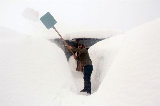 """Bir çok vatandaş kar ve soğuk hava nedeniyle yaşanan sıkıntıları dile getirirken, bazıları da kar yağışından dolayı duyduğu memnuniyeti aktardı. Evi kardan kaybolan Nuri Sürgün, """"Kış çok zor. Çok sıkıntı yaşıyoruz. Evimiz tek katlı. Öbür taraftaki balkonumuz kar altında kaldı. Balkonlardan kar ata ata bıktık. Bacalarımız kardan yıkılmak üzere. Şartlar çok ağır"""" dedi."""