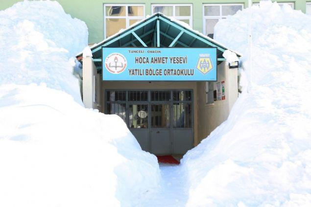 Türkiye genelinde bir çok il gibi Tunceli'de son yılların en çetin kışlarından birini geçiriyor. Kentte bazı ilçelerde kar kalınlığı 2 metreye, Ovacık ilçesinde ise 3 metreye yaklaştı. Yoğun kar yağışının hayatı olumsuz etkilediği Ovacık'ta, bir çok ev ve okulunda aralarında bulunduğu binalarda neredeyse görünmez hale geldi.