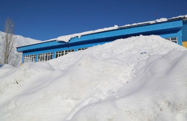 """Yoğun yağış ve soğuklardan şikayet eden Fatma Sayan ise, """"Bu yıl kış çok zor geçiyor. Üç metreye yakın kar yağdı. Soğuk olduğu için dışarı çıkamıyoruz"""" ifadelerini kullandı."""