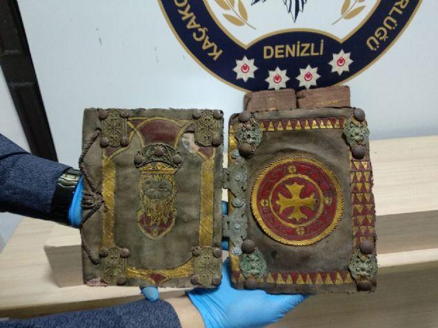 Denizli'de yakalanan 4 adet tarihi eser kitabın değerine paha biçilemiyor