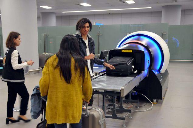 TEST UYGULAMA  <br><br>  Ayrıca 3 boyutlu tomografi sisteminin özelliklerinin anlatımı sırasında, gümrük ekiplerince önceden hazırlanan ve içinde silah, sigara ve alkol şişesi bulunan bir valiz, cihazdan geçirildi. Bu test uygulamada, valizin içine konan kaçak eşyalar, tüm detaylarıyla bagajları tarayan tomografi cihazına ait ekrana da yansıdı.