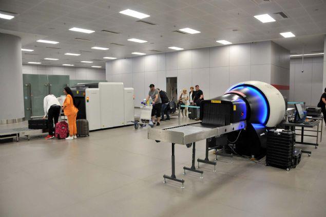 Cihazın en önemli özelliği bagajın konumunu değiştirmeden 3 boyutlu görüntü alabilmesidir. Özellikle tıpta kullanılan tomografi cihazı, nasıl insan damarının içini gösteriyorsa bu sistem de valizin içini tamamen göstermektedir' dedi.