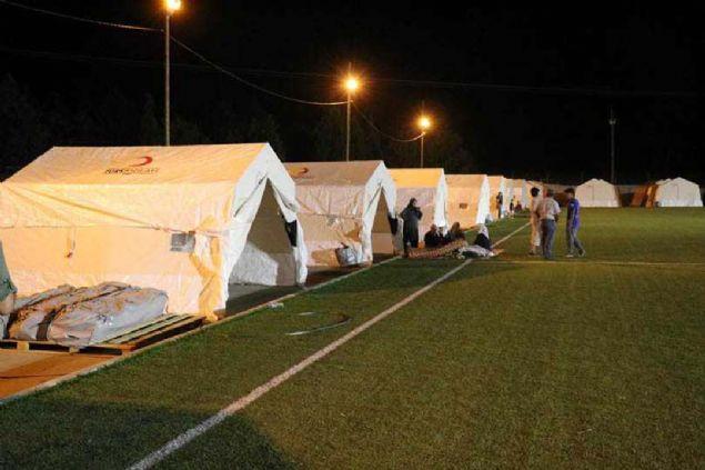 Depremzedeler ilk geceyi çadırda geçirdi