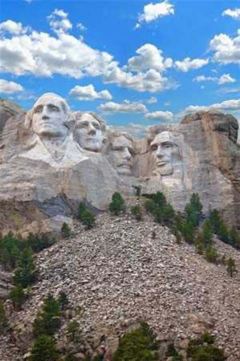 Aslında başkanların yanına 5. bir kişinin de heykelini yapacaktı ancak çok karmaşık olduğu için bundan vazgeçmek zorunda kaldı.