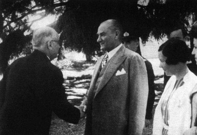 Albümde, Atatürk'ün Balkan Antantı Konseyi üyeleri ile 27 Şubat 1938'de Ankara'da, Yugoslavya Savunma Bakanı Orgeneral Lujibomir Mariç ile 19 Mayıs 1938'de Ankara'da, 21 Mayıs 1938'de Mersin'de, 27 Mayıs 1938'de Haydarpaşa'da ve 1 Haziran 1938'de Savarona yatında çekilen fotoğraflarının yanı sıra vefatının ardından naaşının Sarayburnu'ndan Zafer muhribine nakledilmesi, naaşı taşıyan özel trenin Ankara'da karşılanması, naaşının Etnoğrafya Müzesindeki yerine taşınması, daha sonra ebedi istirahatgahı olan Anıtkabir'e nakli sırasında çekilen fotoğraflar öne çıkıyor.