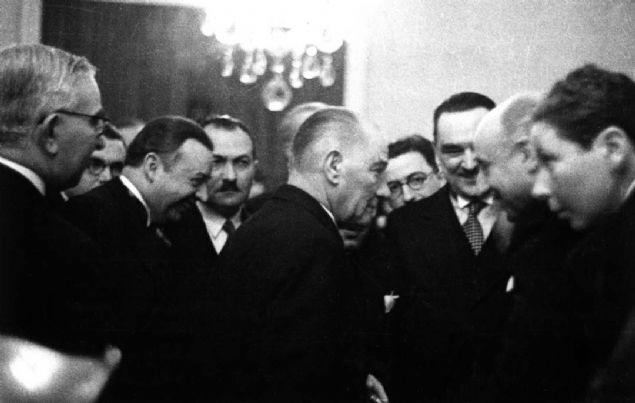 Atatürk'ün vefatının 81. yılı dolayısıyla paylaşılan Genelkurmay Askeri Tarih ve Stratejik Etüt (ATASE) Başkanlığı arşivlerindeki fotoğraflar arasında, vefatı öncesinde ve ebediyete intikali sonrasında düzenlenen anma törenlerinde çekilen kareler yer aldı.