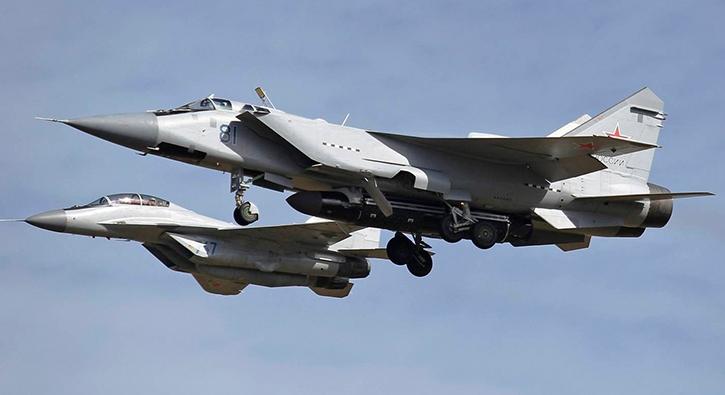 Rus yapımı MiG-31 uçağı gövde altında daha önce görülmeyen bir füze ile görüntülendi