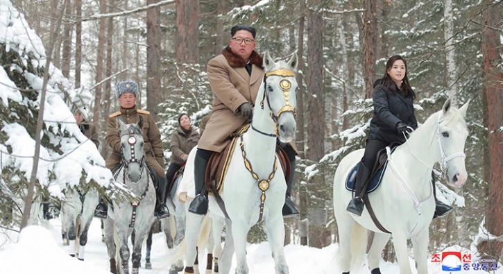 Kim yine 'kutsal dağda' beyaz at sırtında görüntülendi