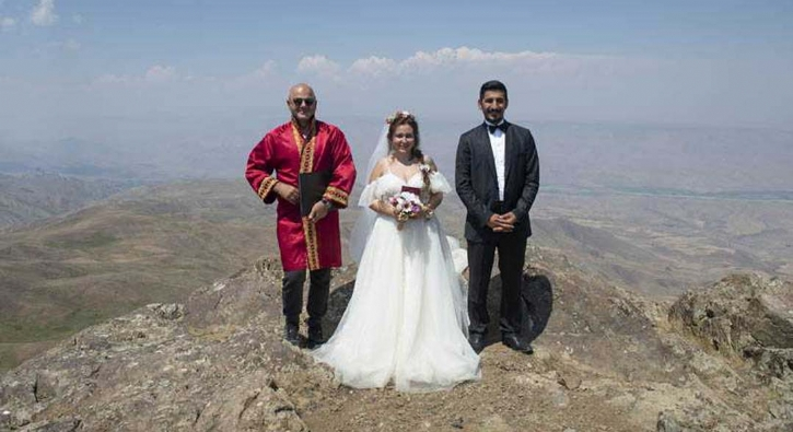 Türkiye'de bir ilk! Dağın zirvesinde evlendiler