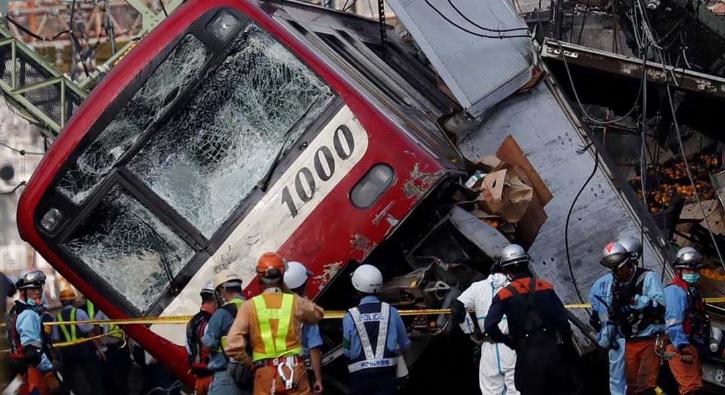 Tren kamyonla çarpıştı! Japonya'da feci kaza...